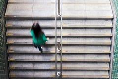 留下地铁站的少妇 免版税库存照片