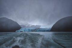 留下大冰川的游览小船的苏醒 免版税库存照片