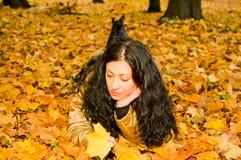 留下槭树妇女 免版税库存图片