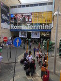 留下罗马火车站的人们 图库摄影
