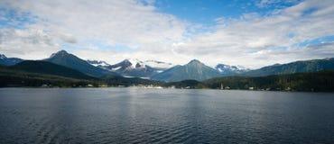 留下船口岸朱诺阿拉斯加美国的渡轮视图 免版税库存图片