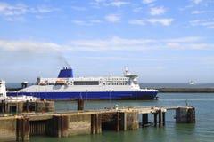 留下船的多弗英国港口 库存图片