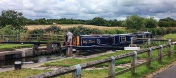 留下锁的狭窄的小船在it运河旅途 免版税库存照片
