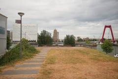 留在railbridge的土地扶垛在河nieuwe马斯的鹿特丹,被拆毁,在隧道是无限制的后, 库存图片