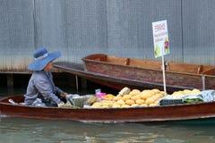 留连果和芒果与糯米卖主小船的在运河在Damnoen Saduak浮动市场上 免版税图库摄影