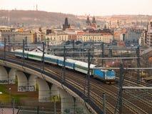 留给布拉格主要火车站的火车 库存图片
