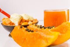 番木瓜、汁液和冰淇凌沙漠的木背景的 免版税库存图片