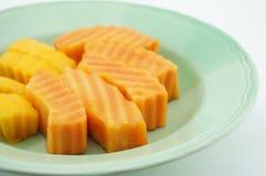 番木瓜和芒果在盘 库存图片