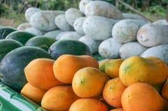 番木瓜在农夫市场上 库存照片