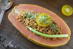 番木瓜果子用碾碎干小麦沙拉 免版税图库摄影