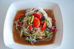 番木瓜沙拉用细面条和盐味的螃蟹 免版税库存图片