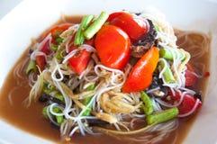 番木瓜沙拉用细面条和盐味的螃蟹 免版税库存照片