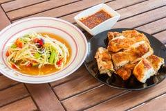 番木瓜辣沙拉和烤鸡 库存图片