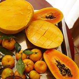 番木瓜,芒果,香蕉和和mandarned在金属的银 免版税库存图片