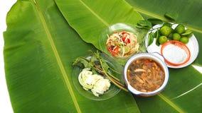 番木瓜Slad和辣猪肉汤用面条在香蕉叶子设置了 免版税图库摄影