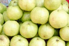番石榴果子在市场上 库存图片