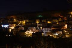 番红花城房子和街灯多雪的冬时Karabuk土耳其 免版税库存图片