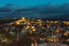 番红花城房子和街灯多雪的冬时Karabuk土耳其 库存照片