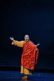 番红花着长袍的方丈江西歌剧杆秤 免版税图库摄影