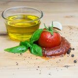 番茄酱蕃茄蓬蒿橄榄油草本大蒜板黑胡椒成份摆正 库存照片