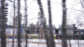 疆土石油化学制品和精炼厂冬天风景 油和燃料产业 沿油料植物驾驶 股票视频