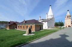 疆土Cvyatouspensky修道院在城市Staritsa,俄罗斯 免版税库存照片