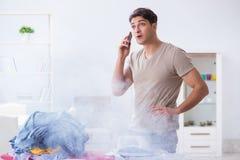 疏忽的丈夫灼烧的衣物,当电烙时 免版税库存照片