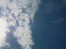 疏散白色云彩看起来象有美丽的蓝天的南亚在与太阳闪烁的一个清楚的晴天  免版税图库摄影