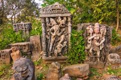 疏散石头在马球森林里雕刻了印度上帝和女神雕塑  库存图片