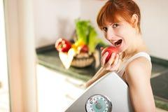 疏松缩放比例重量妇女的苹果 免版税库存照片