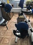 治疗体育屋子的设备  修复技工有电驱动的训练用具 免版税库存图片