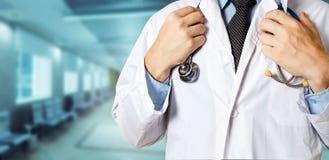 医疗保健和医学概念 无法认出的男性医生Holds Hands On Stethoscope 免版税库存图片