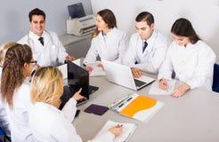 医疗保健工作者和顶头医师讨论会的在诊所 免版税库存图片