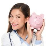 医疗保健概念-拿着存钱罐的医生 免版税库存照片
