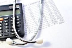 医疗保健的听诊器和计算器标志 免版税库存图片