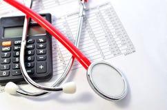 医疗保健的听诊器和计算器标志 免版税图库摄影