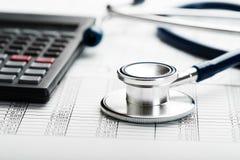 医疗保健费用的听诊器和计算器标志 库存图片