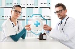 医疗健康保险概念,有盔甲的医生手 免版税库存照片