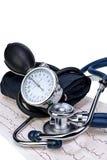 医疗听诊器和测压器在心电图绘制特写镜头图表 免版税库存图片