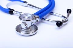 医疗听诊器,手套,在蓝色医生制服特写镜头的RX处方 医疗工具和仪器商店,血液 库存照片
