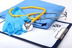 医疗听诊器,手套,在蓝色医生制服特写镜头的RX处方 医疗工具和仪器商店,血液 库存图片