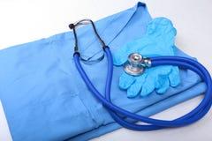 医疗听诊器,手套,在蓝色医生制服特写镜头的RX处方 医疗工具和仪器商店,血液 免版税库存图片