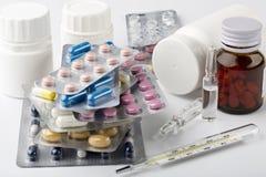 治疗在家 各种各样的药片天线罩包装和瓶 免版税图库摄影