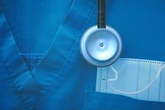 医疗工作穿戴的片段与防毒面具和stethosco的 库存照片