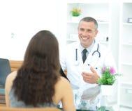 治疗师与患者谈论治疗的结果 库存图片