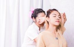 治疗师舒展胳膊泰国按摩的妇女 库存图片