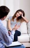 治疗师谈话与他的患者 库存图片