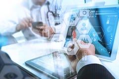 医疗技术网络队概念 医生手运作的机智 免版税库存照片