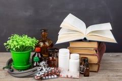 医疗教育概念-书,药房瓶,听诊器 免版税库存图片