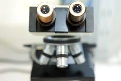 医疗显微镜 专业配药显微镜 药物的物产的研究,当增加时 的treadled 库存照片